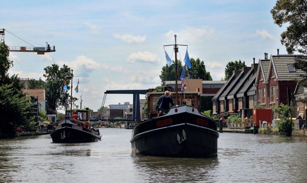 Twee motorboten varend door het kanaal - Vereniging de Motorsleepboot