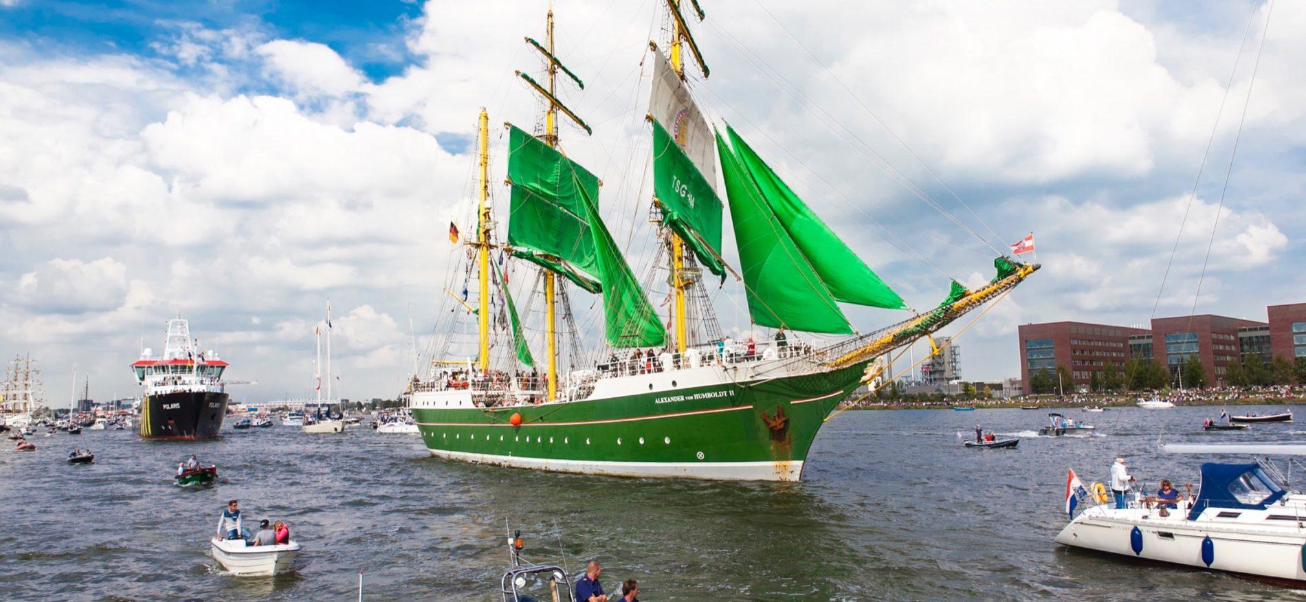 Groen Tall Ship met groene zeilen vaart door Amsterdam