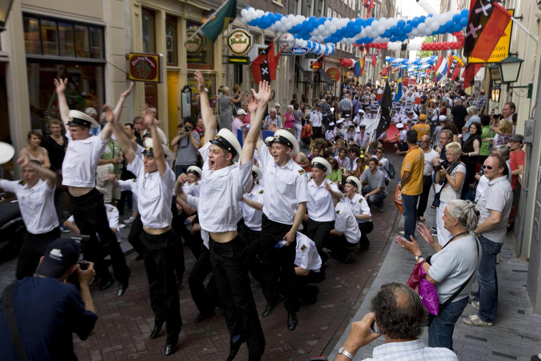 Feestende matrozen in de straten van Amsterdam