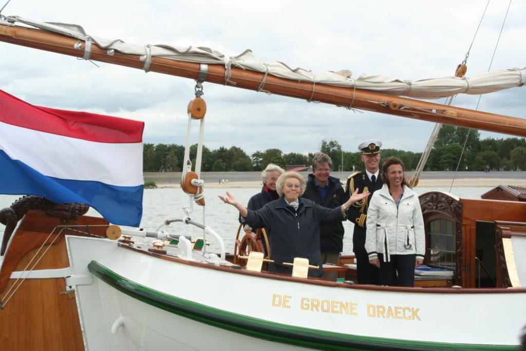 Koningin Beatrix op haar boot De Groen Draeck - SSRP