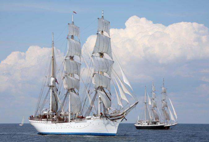 Het witte Tall Ship Statsraad Lehmkuhl vaart samen met een ander schip door het water