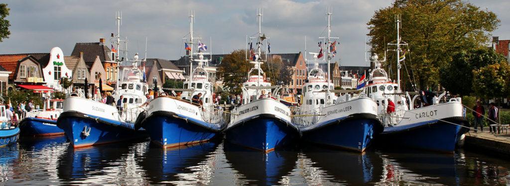 Vijf dezelfde schepen op een rij liggend in het water