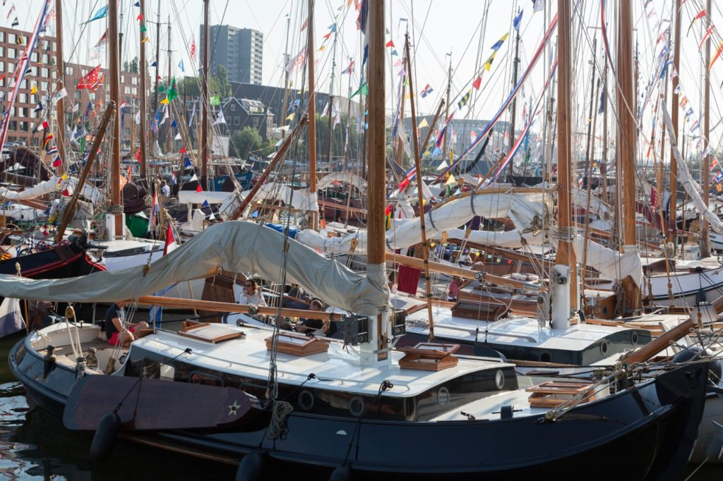 Vele verschillende schepen liggen in de haven
