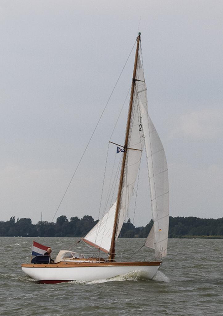 Boot met Nederlandse vlag vaart in een meer